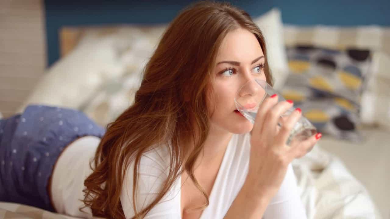 Beber água ao acordar.jpg