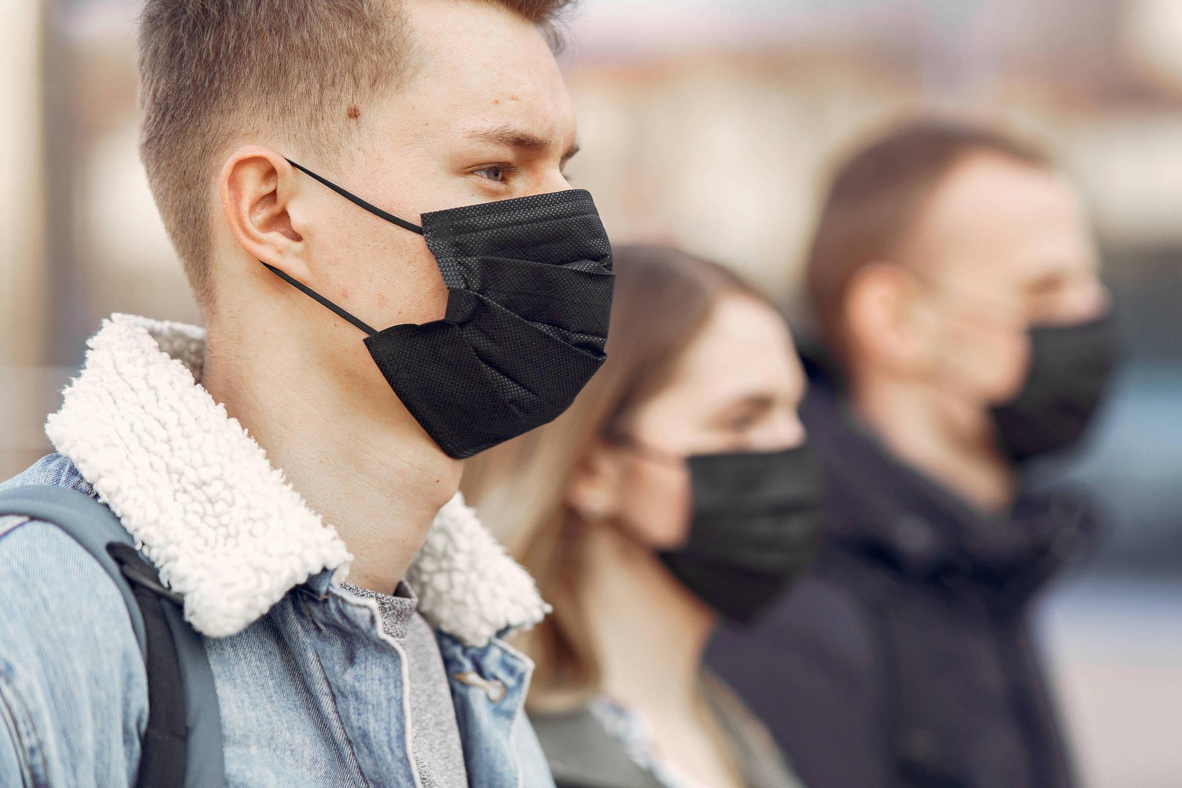 pessoas usando máscara.jpg