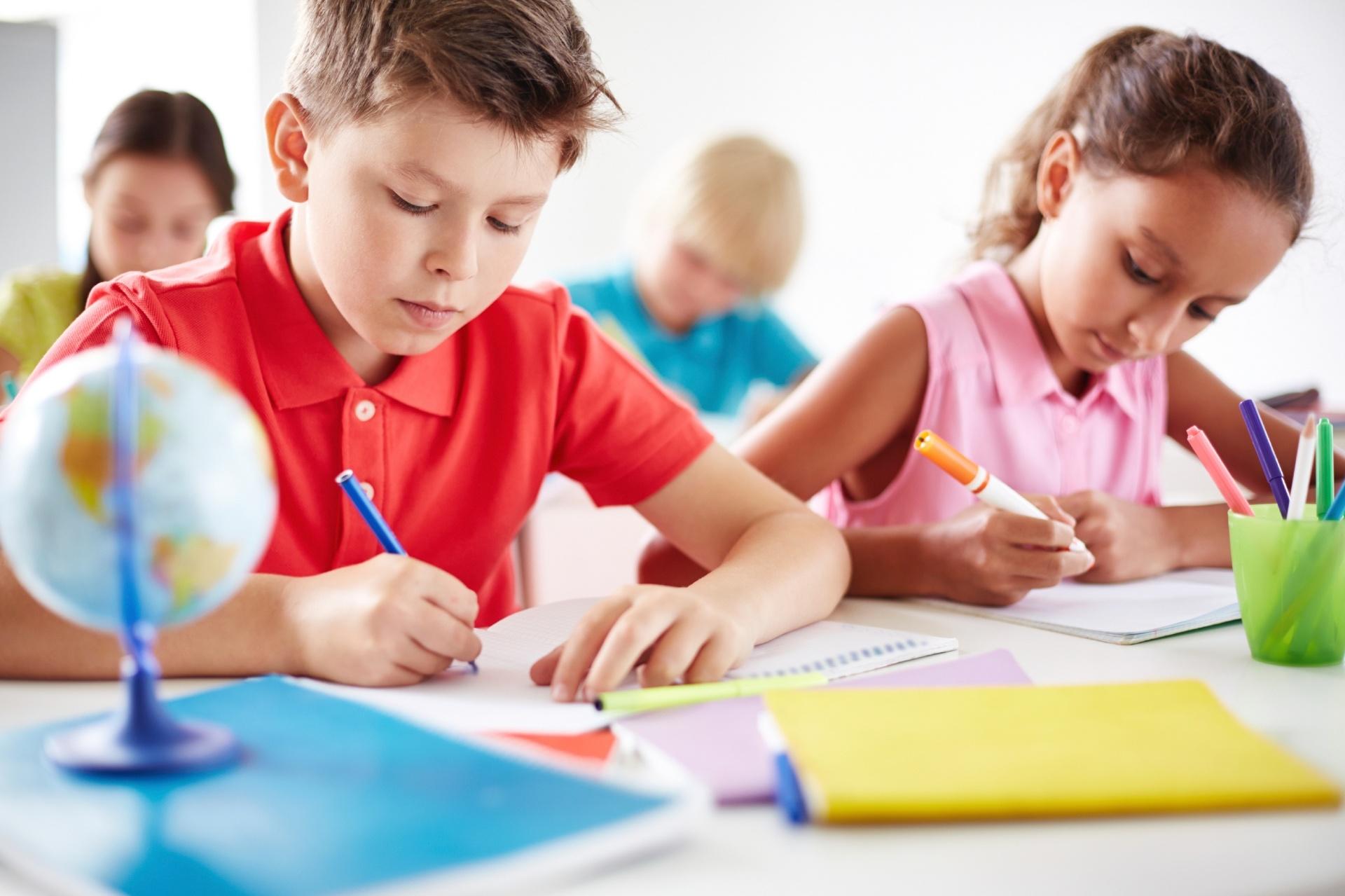 material-escolar-volta-as-aulas-crianca-na-escola-crianca-estudando-criancas-estudando-sala-de-aula-