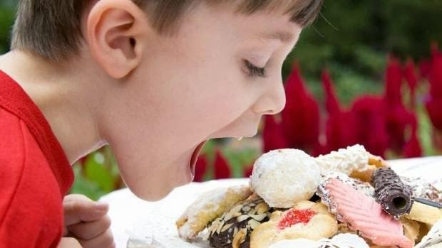crianca-comendo-doce-alimento-size-620.jpg