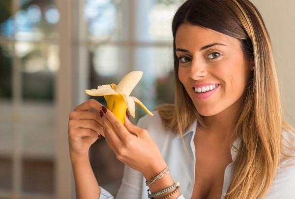Mulher comendo banana.jpg